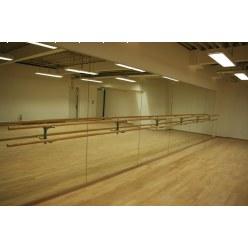 Spiegelwand met geïntegreerde balletbarren